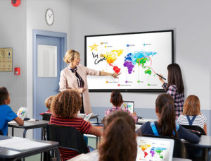 leerkracht voorin het klaslokaal